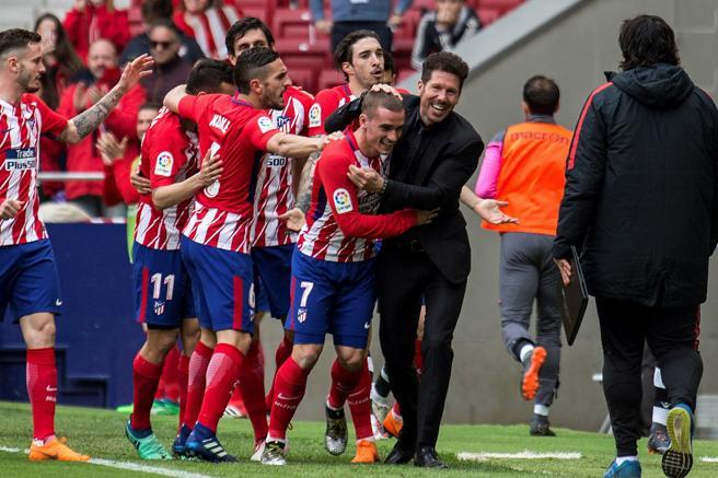 Griezmann se fue al banquillo rojiblanco para festeja con Diego Simeone el segundo tanto del Atlético al Levante
