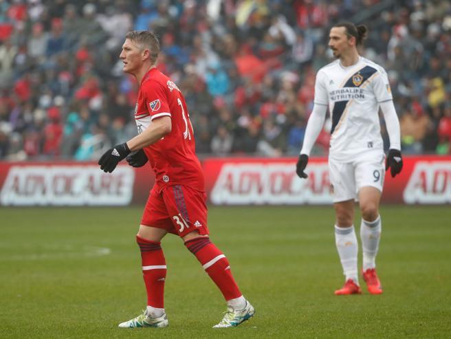 Bastian Schweinsteiger junto a Zlatan Ibrahimovic