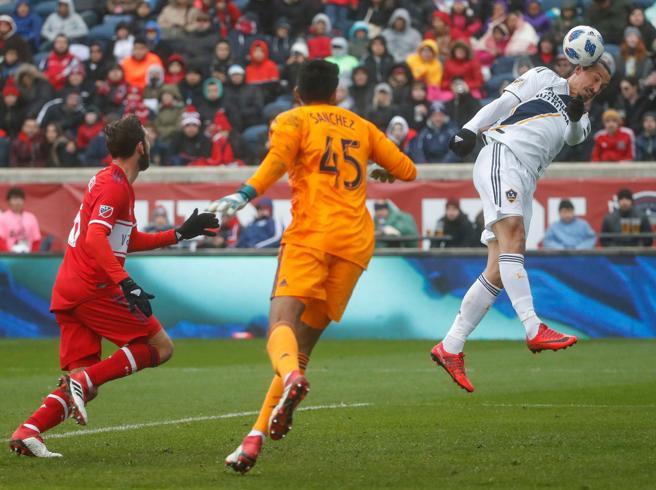 Zlatan Ibrahimovic remata de cabeza