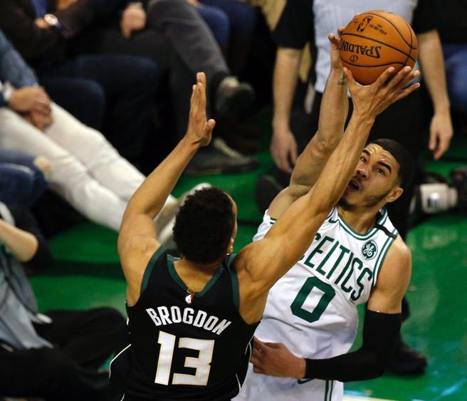 Jayson Tatum realiza un tapón decisivo sobre Malcolm Brogdon durante la prórroga del primer partido de la serie que enfrenta a Boston Celtics contra Milwaukee Bucks