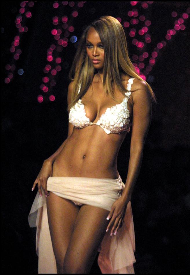 Tyra Banks en el desfile de 2001 de la firma