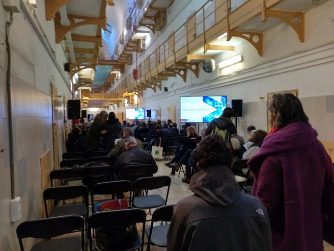 Primera sesión del proceso participativo sobre el futuro de la Modelo, dedicada al patrimonio, en el interior de una de las galerías de celdas