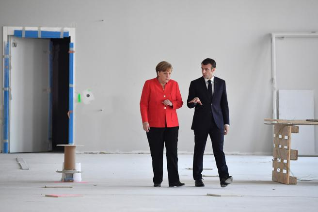 Merkel y Macron llegan a la sala de prensa para dar una conferencia