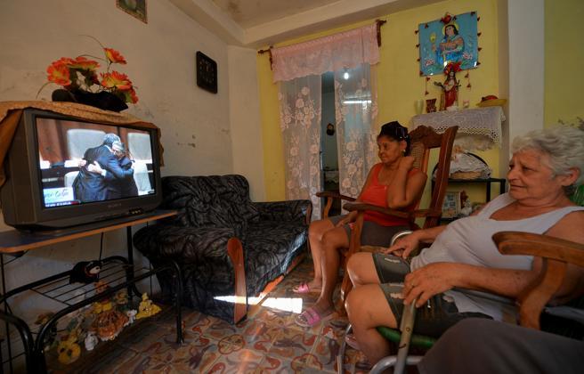 Una familia cubana mira en la televisión el momento que Raúl Castro felicita a Miguel Díaz-Canel tras haber sido elegido presidente de Cuba
