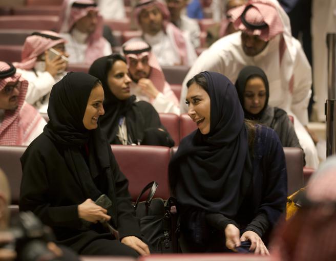 Dos mujeres saudíes charlan a la espera de que comience la proyección de la película