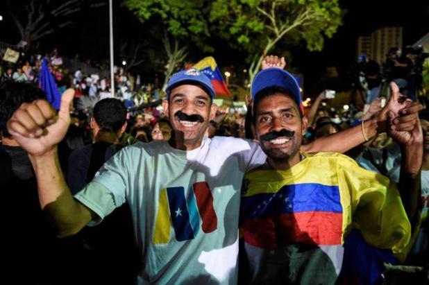 Venezuela: Seguidores de Maduro celebran la victoria electoral con un bigote postizo en su honor