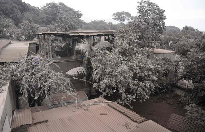 Vista del estado en el que ha quedado una de las viviendas afectadas por el volcán de Fuego
