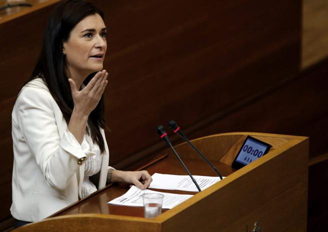 La consellera de Sanidad, Carmen Montón, durante su intervención ante el pleno de Les Corts