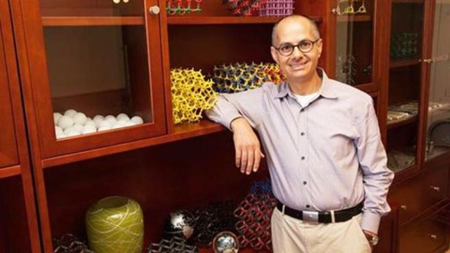 El científico jordano-estadounidense Omar Yaghi, responsable de la creación de esta cosechadora de agua y también de desarrollar el Metal Organic Frameworks, marcos metal orgánicos, o MOF por sus siglas en inglés
