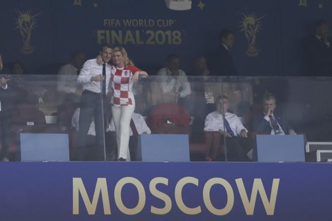Kolinda Grabar-Kitarovicy Emmanuel Macron, abrazados en el palco del estadio Luzhniki