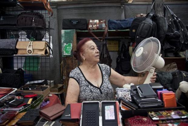 Una ciudadana de Barcelona trata de pasar el calor con un ventilador