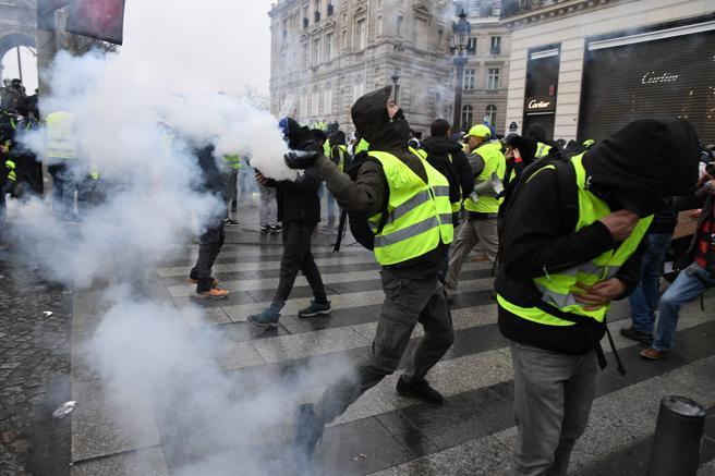 Presencia policial masiva lanzando gases lacrimógenos a los manifestantes