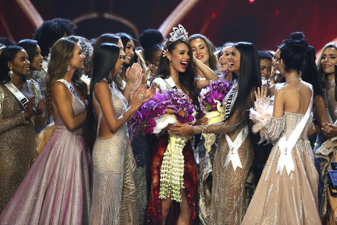 Todas las participantes en el certamen felicitaron a la candidata de Filipinas