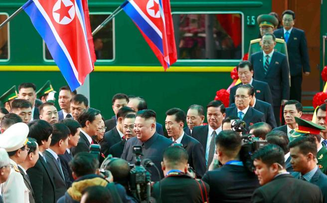 El líder norcoreano, Kim Jong-un ha llegado a Hanoi tras un largo viaje a bordo de un tren blindado
