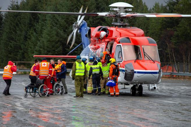 Pasajeros del Viking Sky desembarcan del helicóptero tras ser evacuados