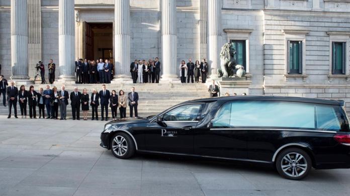 Políticos de diverso signo dan su último adiós a Rubalcaba en el Congreso