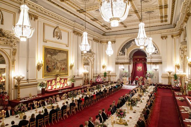 Cena de Estado en el Gran Salón de Buckinham.