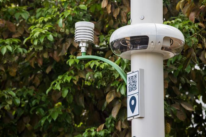 Un sensor meteorológico, a la izquierda, y cámaras panorámicas en un poste para el soporte de la tecnología 5G en Hong Kong