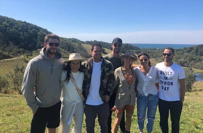 Liam Hemsworth se divierte con un grupo de amigos y su hermano Chris Hemsworth