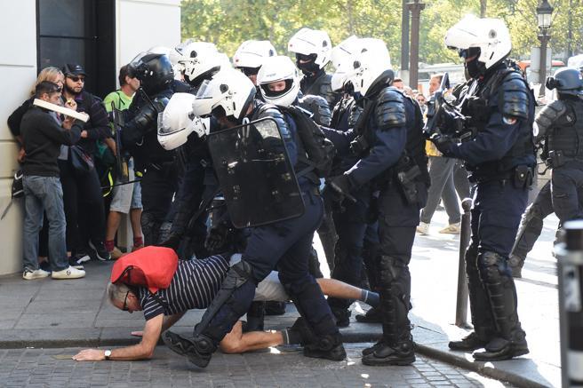 Las fuerzas de seguridad arrollan a un manifestante