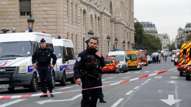 Cinco policías mueren en un ataque con arma blanca en la comisaría central de París