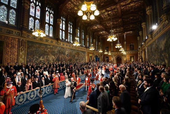 La monarca británica, a su llegada al palacio de Westminster para pronunciar el discurso de apertura del Parlamento