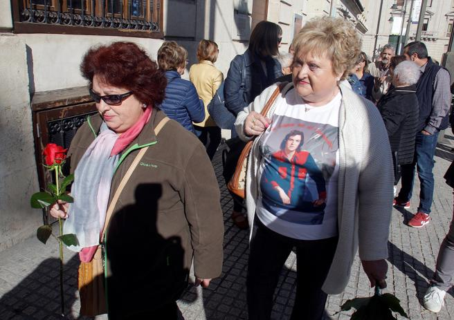 Cientos de admiradores han acudido a la capilla ardiente con las cenizas de Camilo Sesto en el salón de plenos del ayuntamiento de Alcoy para despedirse de su Hijo Predilecto