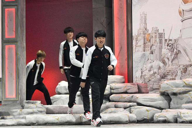 GRAF7705. MADRID, 27/10/2019.- The players of the team SK Telecom T1, who are facing the team Spliyce, during the quarterfinals of the world championship of League of Legends.