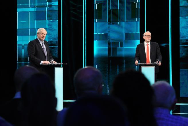 Johnson y Corbyn durante un cara a cara en la televisión ITV