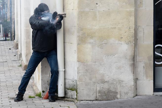Un encapuchado dispara fuegos artificiales a la línea policial en Nantes
