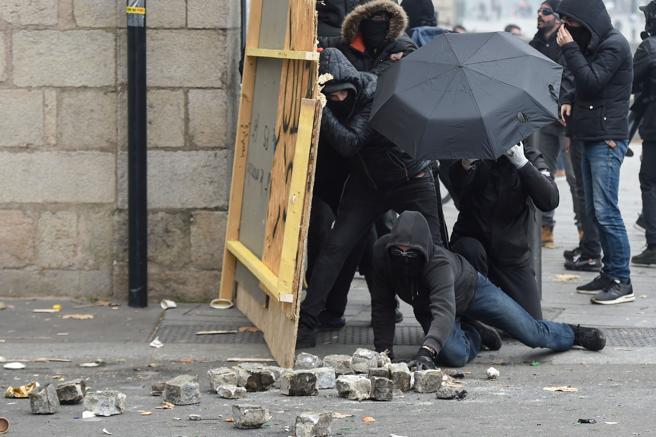 Los manifestantes de Nantes se escudan tras tablones de madera y arrojan adoquines a los antidisturbios
