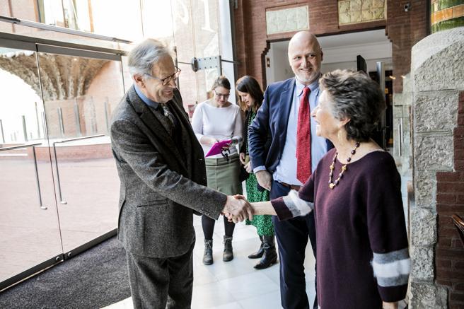 Gardiner saluda a la presidenta de la Fundació Orfeó Català-Palau de la Música, Mariona Carulla, en presencia de su director general, Joan Oller