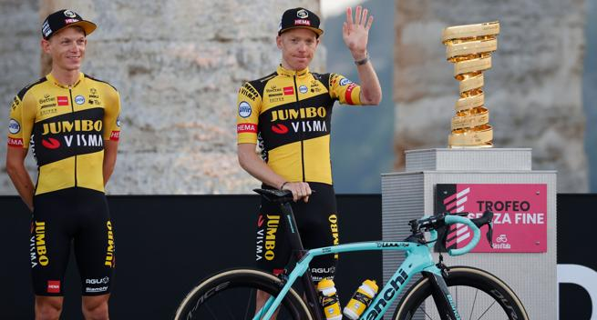 Steven Kruijswijk greets with the Senza Fine del Giro Trophy at the presentation