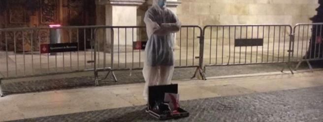 El individuo que dejó la cartera con una cabeza de caballo y una carta ensangrentada para Torra en la plaza de Sant Jaume