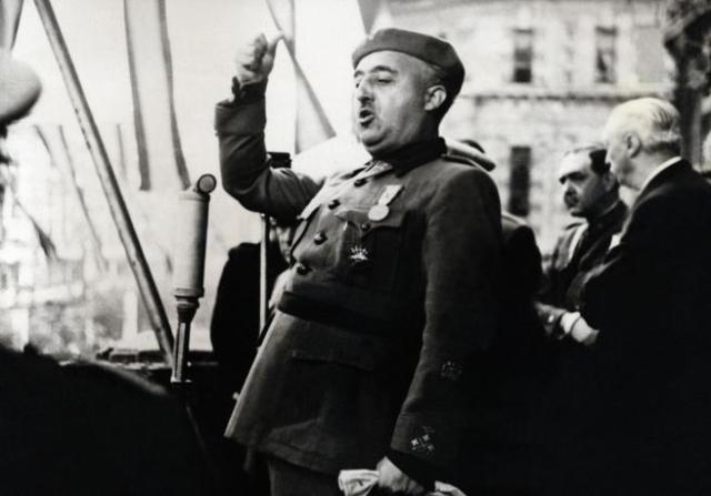 Franco en un discurso en Bilbao en 1939