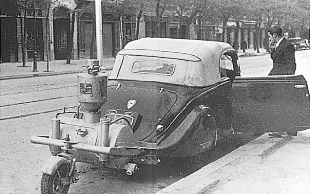 Ante la escasez de gasolina en la España de los años 40, los coches adoptaron el gasógeno