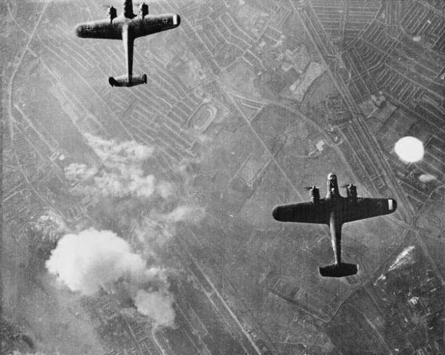 Aviones alemanes sobrevuelan Londres en uno de sus ataques