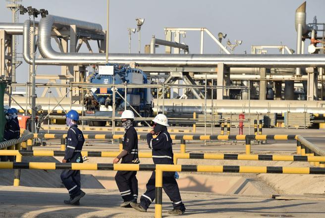 Trabajadores de Saudi Aramco en una planta de la empresa en Abqaiq