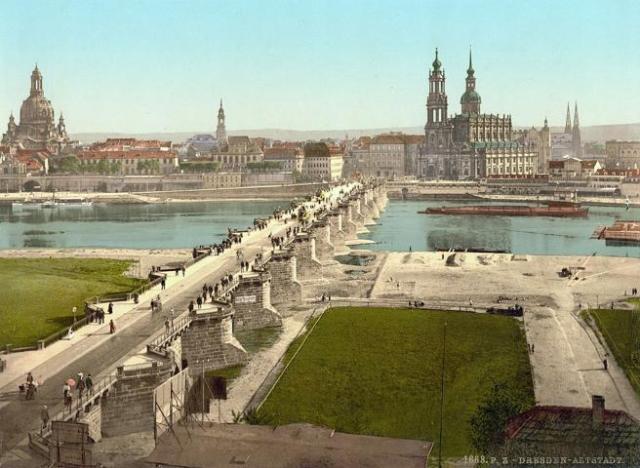 Dresde, hacia 1900, desde la orilla norte del Elba. El casco histórico de la ciudad quedó destruido tras los bombardeos de 1945.