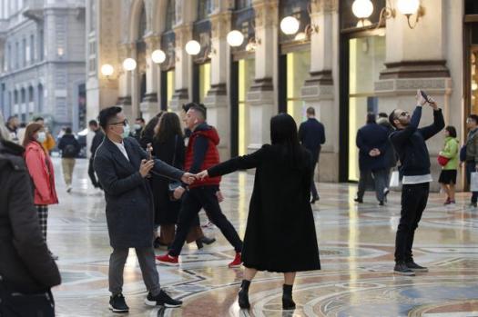 Turistas con máscaras protectoras en Milán