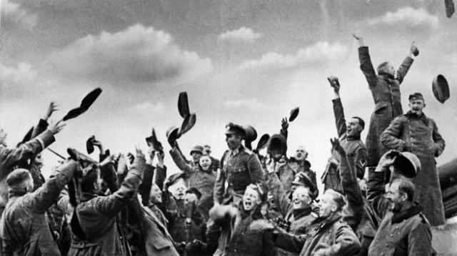 Soldados alemanes celebran la rendicin de Varsovia a finales de septiembre de 1939