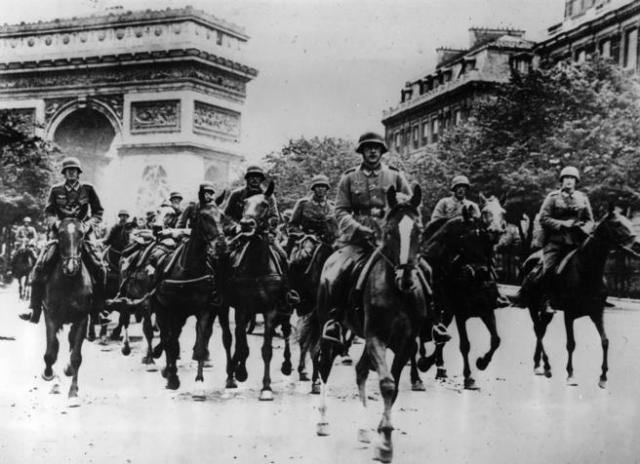 Tropas alemanas durante la ocupación de París, junto al Arco del Triunfo