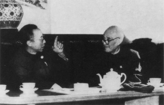 Pu Yi, a la izquierda, en 1961, dos años después de ser liberado por los comunistas.
