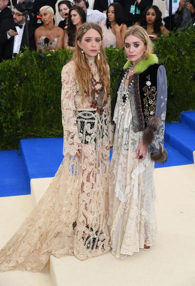 Mary-Kate and Ashley Olsen are not dressed in black, his color fetish, the gala 2017