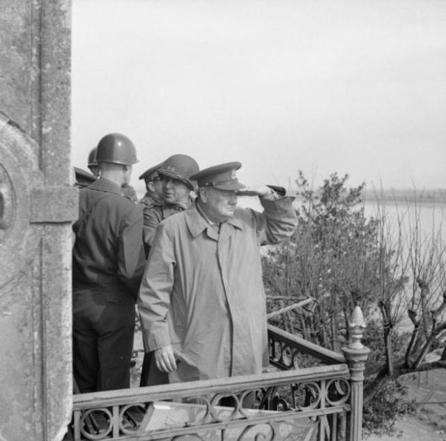 Winston Churchill observa a las tropas aliadas mientras cruzan el Rin el 25 de marzo de 1945.