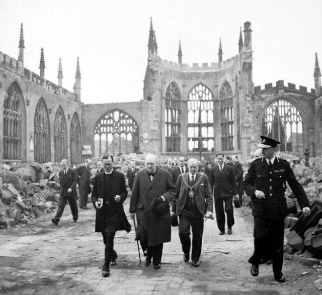 Churchill visita las ruinas de la catedral de la ciudad inglesa de Coventry.