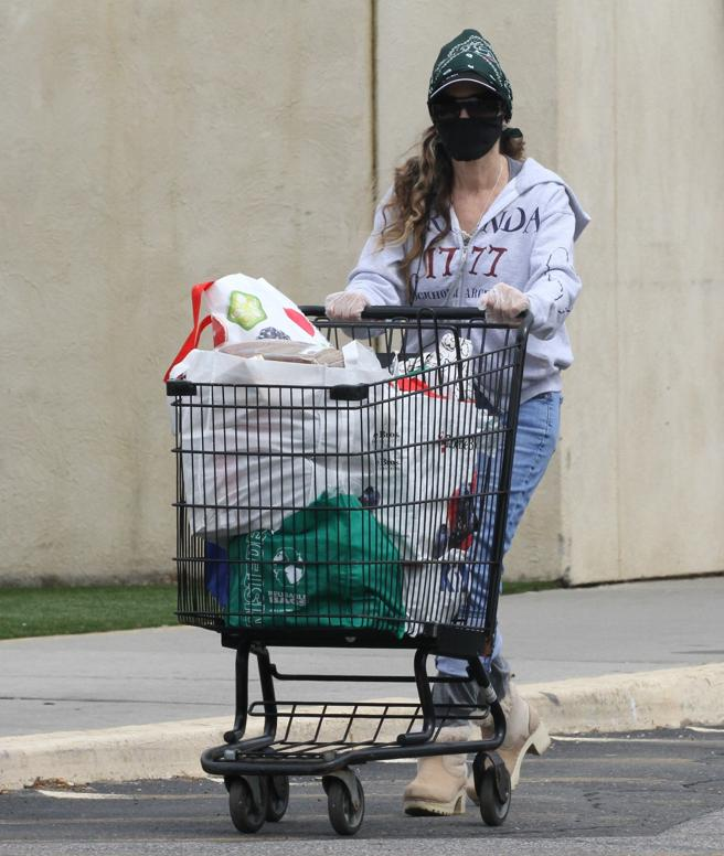 Sarah Jessica Parker with a look that's a little extravagant to make the purchase in New York