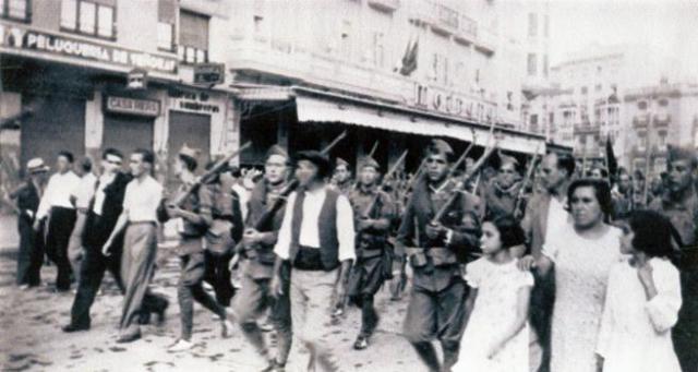 Desfile de republicanos en Valencia, en 1937 (© Cedobi)