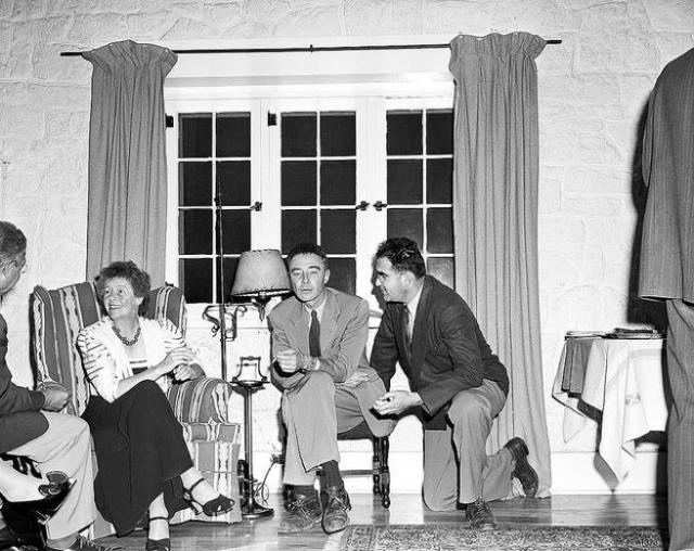 De izqda. a dcha., Isidor Isaac Rabi, Dorothy McKibbin, Robert Oppenheimer y Victor Weisskopf en la casa de Oppenheimer en Los Álamos, en 1944.