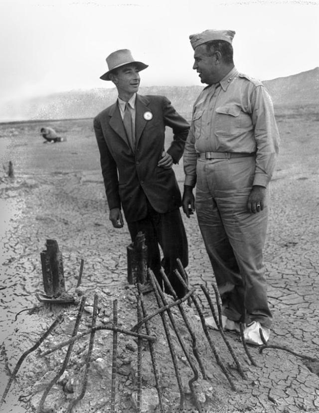 Oppenheimer y Groves ante los restos de la prueba Trinity en septiembre de 1945, dos meses después de la detonación y justo después del final de la Segunda Guerra Mundial.
